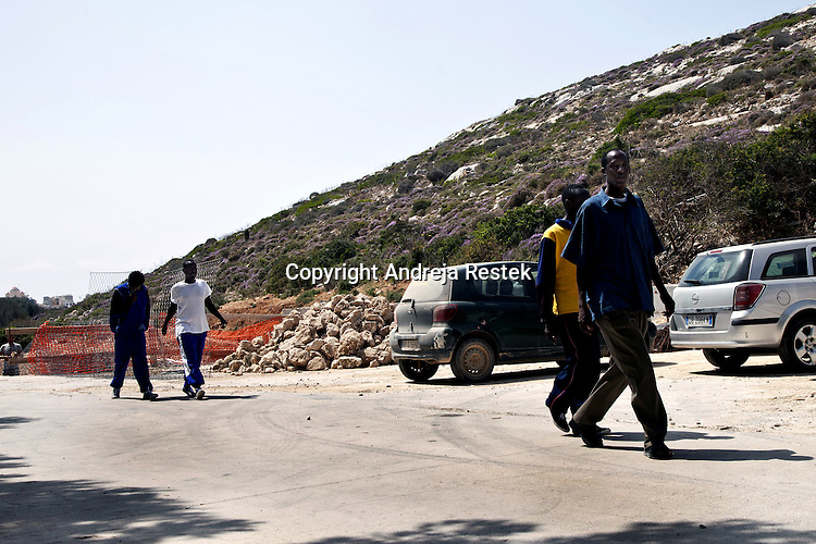 Lampedusa, some immigrants escaped from reception center are captured and bring back to the center by the police