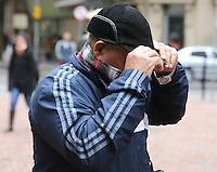 PORTO ALEGRE, RS, 26.08.2014 - CLIMA - FRIO E VENTO EM PORTO ALEGRE - Frio e vento predominam no Estado e quem caminhava pelo Centro da cidade teve que usar roupas mais quentes em Porto Alegre nesta terça-feira, 26. (Foto: Pedro H. Tesch / Brazil Photo Press).