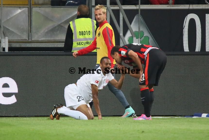 Timothy Chandler (EIntracht) sagt Junior Diaz (Mainz) ein paar Takte nach dessen Schwalbe - Eintracht Frankfurt vs. 1. FSV Mainz 05, Commerzbank Arena