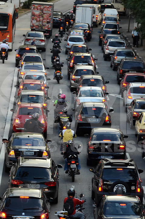 SAO PAULO, 02 DE AGOSTO DE 2012 - TRANSITO SP - Transito na Avenida Reboucas sentido bairro apos manifestacao de motociclistas na via na tarde desta quinta feira, regiao central da capital. FOTO: ALEXANDRE MOREIRA - BRAZIL PHOTO PRESS