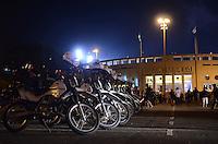 SAO PAULO, 04 DE JULHO DE 2012 - MOVIMENTACAO PACAEMBU FINAL LIBERTADORES - Policia reforca seguranca na praca Charles Miller, no estadio do Pacaembu no inicio da noite desta quarta feira, regiao central da capital. FOTO: ALEXANDRE MOREIRA - BRAZIL PHOTO PRESS
