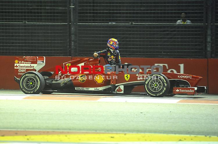 19.-22.09.2013, Marina-Bay-Street-Circuit, Singapur, SIN, F1, Grosser Preis von Singapur, Singapur, Mark Webber (AUS), Red Bull Racing - Fernando Alonso (ESP),  Scuderia Ferrari <br />  Foto &copy; nph / Mathis