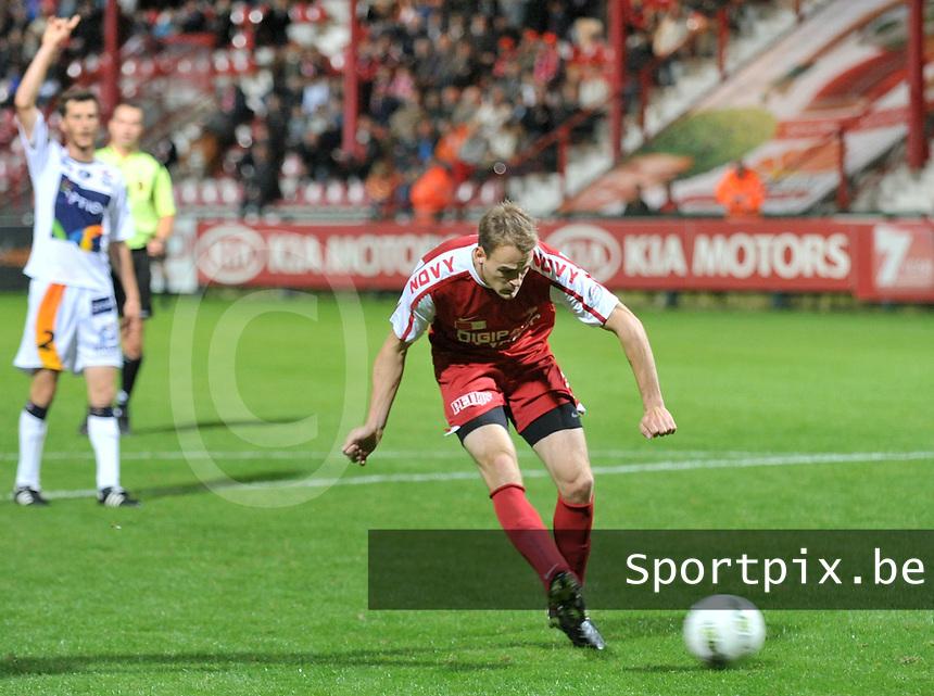 KV Kortrijk - OH Leuven : Brecht Capon scoort de 2-0 voor Kortrijk.foto VDB / BART VANDENBROUCKE