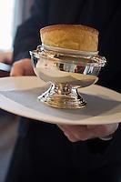 Europe/France/Rhone-Alpes/74/Haute-Savoie/ Chamonix: Service du soufflé à la Charteuse verte au  Restaurant  Albert 1er