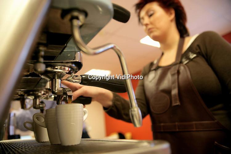 Foto: VidiPhoto..ARNHEM - Bij koffiebrander Peeze in Arnhem wordt op dit moment druk geoefend voor het Nederlands Barista-kampioenschap. Begin maart dingen 12 Barista's (barmannen) naar de titel Beste Koffiezetter van Nederland. Peeze leidt als een van de weinige koffiefabrieken Barista's op om zo de smaak van de eigen koffie te optimaliseren. De Arhemse koffiebrander doet alleen zaken met restaurants, bedrijven en instellingen, maar gaat in de loop van dit jaar als eerste koffiefabriek via internet ook aan consumenten leveren.