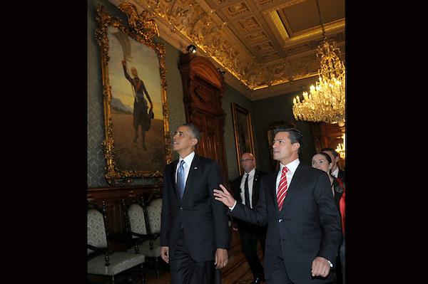 MEX18. CIUDAD DE MÉXICO (MÉXICO), 02/05/2013.- Fotografía cedida por Presidencia de México del mandatario de ese país, Enrique Peña Nieto (d), mostrándole el Palacio Nacional a su homólogo de Estados Unidos, Barack Obama (i), hoy, jueves 2 de mayo de 2013, en el Palacio Nacional de Ciudad de México (México). Los mandatarios firmaron un acuerdo de cooperación en educación durante la reunión en la capital mexicana, según informó la Casa Blanca. EFE/Presidencia/SOLO USO EDITORIAL.