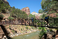 4415 / Zion Nationalpark: AMERIKA, VEREINIGTE STAATEN VON AMERIKA, UTAH,  (AMERICA, UNITED STATES OF AMERICA), 25.05.2006:gute Wege, Wanderwege,  im Zion Canyon, Weg , Bruecke zum Angels Landing und West Rim Trail. Der Zion-Nationalpark befindet sich im Suedwesten Utahs an der Grenze zu Arizona. Er hat eine Flaeche von 593 km² und liegt zwischen 1128 m (Coalpits Wash) und 2660 m Hoehe (Horse Ranch Mountain). 1909 wurde das Gebiet des Canyons zum Mukuntuweap National Monument ernannt, seit 1919 besitzt er den Status eines Nationalparks. Der Park wurde 1937 um den Kolob Canyon erweitert. Zion ist ein altes hebraeisches Wort und bedeutet soviel wie Zufluchtsort oder Heiligtum, welches oft von den mormonischen Siedlern in Utah benutzt wurde. Innerhalb des Parks befindet sich eine schluchtenreiche Landschaft mit zahlreichen Canyons, von denen der Zion Canyon und der Kolob Canyon die bekanntesten sind. Die Canyons sind aus 170 Millionen Jahre altem braunen bis orangeroten Sandstein der Navajo-Formation entstanden. Der Park liegt an der Grenze zwischen dem Colorado-Plateau, dem Great Basin und der Mojave-Wueste. Durch seine besondere geografische Lage existieren im Park eine Vielzahl an unterschiedlichen Lebensraeumen mit vielen verschiedenen Pflanzen und Tieren...
