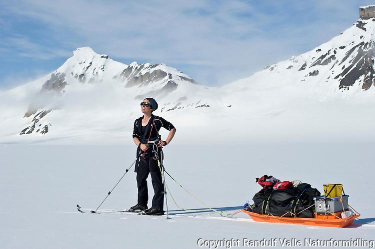 Skiløper med pulk på Wahlenbergbreen på Svalbard. ---- Skier with sled on the glacier Wahlenbergbreen, Svalbard.