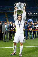 Calcio, finale di Champions League: Real Madrid vs Atletico Madrid. Stadio San Siro, Milano, 28 maggio 2016.<br /> Real Madrid's Gareth Bale holds up the Champions League trophy at the end of their final match against Atletico Madrid, at Milan's San Siro stadium, 28 May 2016. Real Madrid won 5-4 on penalties after the game ended 1-1.<br /> UPDATE IMAGES PRESS/Isabella Bonotto