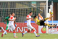 FLORIDABLANCA -COLOMBIA, 19-02-2014.  Ayron Del Valle (Der) de Alianza Petrolera trata de anotar en contra de Independiente Santa Fe durante encuentro  por la fecha 6 de la Liga Postobon I 2014 disputado en el estadio Alvaro Gómez Hurtado de la ciudad de Floridablanca./ Alianza Petrolera player Ayron Del Valle (R) tries to score against Independiente Santa Fe during match for the 6th date of the Postobon League I 2014 played at Alvaro Gomez Hurtado stadium in Floridablanca city Photo:VizzorImage / Duncan Bustamante / STR