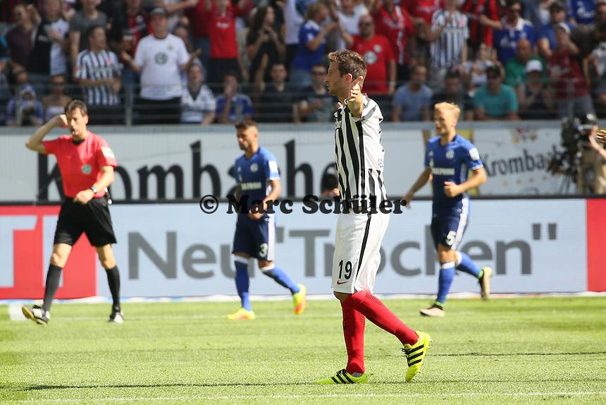 David Abraham (Eintracht Frankfurt) regt sich auf wegen dem nicht gegebenen Treffer - 27.08.2016: Eintracht Frankfurt vs. FC Schalke 04, Commerzbank Arena