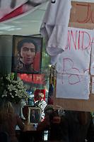 BUENOS AIRES, ARG, 06 MARÇO 2013 - HOMENAGEM HUGO CHÁVEZ BUENOS AIRES - Fans do presidente da Venezuela Hugo Chávez, prestam homenagem no consulado da Venezuela em Buenos Aires capital da Argentina nesta quarta-feira, 06. (FOTO: PATRICIO MURPHY / BRAZIL PHOTO PRESS).
