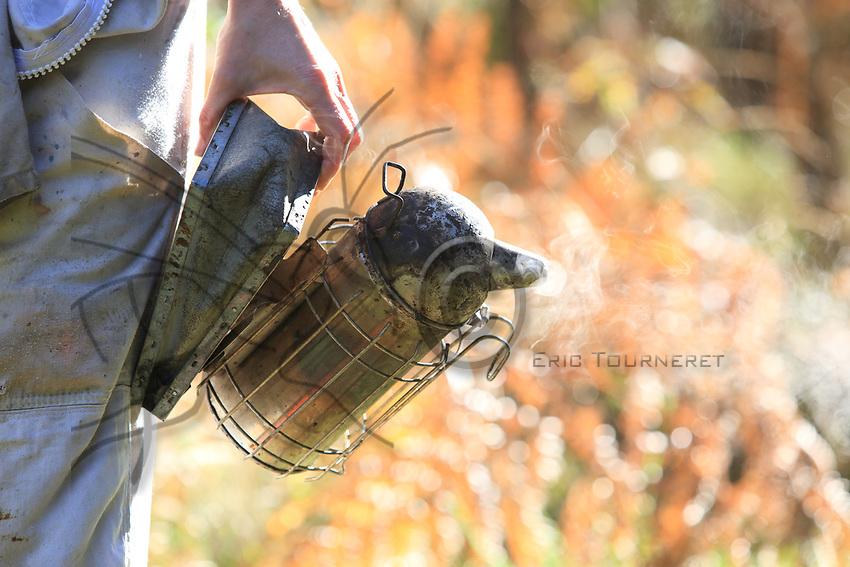 The gloves and the smoker are work accessories for  beekeepers even if many professionals work without gloves to be able to more precisely handle the operations.<br /> Les gants et l&rsquo;enfumoir sont les outils de travail des apiculteurs m&ecirc;me si de nombreux professionnels travaillent sans gants pour avoir des manipulations plus pr&eacute;cises.