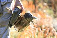 The gloves and the smoker are work accessories for  beekeepers even if many professionals work without gloves to be able to more precisely handle the operations.<br /> Les gants et l'enfumoir sont les outils de travail des apiculteurs même si de nombreux professionnels travaillent sans gants pour avoir des manipulations plus précises.