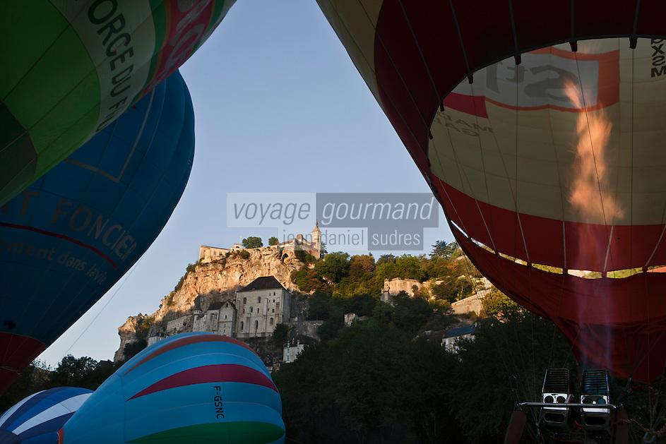 Europe/Europe/France/Midi-Pyrénées/46/Lot/Rocamadour:  lors des mongolfiades, gonflage des montgolfières devant  le village perché et la cité religieuse et ses sanctuaires