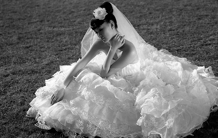 07.2009 <br /> <br /> Bride posing during a photo shooting in champs de mars.<br /> <br /> Mariée posant durant une séance photo au champs de mars.