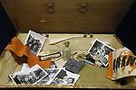 Foto: VidiPhoto<br /> <br /> OOSTERBEEK &ndash; Albert Deuss in de tentoonstellingsruimte van het Airbornemuseum in Oosterbeek, over de verzetsbeweging in Arnhem en omgeving ten tijde van de Slag om Arnhem. De vader van Albert, Bert Deuss, behoorde tot die verzetsgroep en zijn persoonlijke spullen uit de oorlogstijd maken deel uit van de tentoonstelling. Uit onderzoek blijkt dat het verzet tijdens de Tweede Wereldoorlog beter was georganiseerd dan steeds werd gedacht. Het Airbornemuseum is gevestigd in villa Hartenstein, het voormalige hoofdkwartier van de Britse luchtlandingstroepen in september 1944. Foto: De persoonlijke spullen van verzetsman Bert Deuss.
