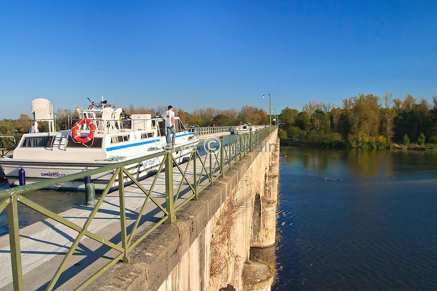 France, Cher (18), Cuffy, sur le canal latéral à la Loire, le pont-canal du Guétin qui passe au dessus de l'Allier // France, Cher, Cuffy, on the side canal of the Loire, the canal bridge of Guetin which passes above Allier