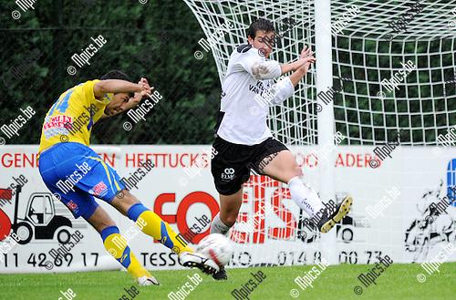 2011-07-16 / Seizoen 2011-2012 / Voetbal / KFC Oosterzonen - KVC Westerlo / Karel Gerits van Oosterzonen probeert de doeltrap van Romulu Marques van Westerlo te stoppen ..Foto: mpics
