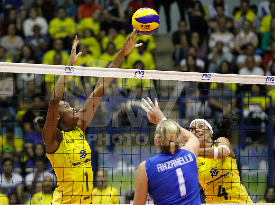 SAO BERNARDO DO CAMPO, SP, 16 JUNHO 2012 - GRAND PRIX DE VOLEI FEMININO 2012 - BRASIL x ITALIA - Fabi (e)  jogadora do Brasil  durante lance contra Italia pela  etapa brasileira do Grand Prix  Vôlei feminino 2012 no Ginasio Adib Moyses Dib (Poliesportivo) em Sao Bernardo do Campo no ABC Paulista, neste sabado 16. (FOTO: ALE VIANNA / BRAZIL PHOTO PRESS).