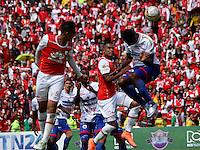 BOGOTÁ -COLOMBIA-17-ABRIL-2016.Yulian Anchico (Izq.) de Independiente Santa Fe   disputa el balón con Yair Arrechea (Der,) de Pasto durante partido por la fecha 13 de Liga Águila I 2016 jugado en el estadio Nemesio Camacho El Campin de Bogotá./ Yulian Anchico (L) of Independiente Santa Fe fights for the ball with Yair Arrechea (R) of Pasto during the match for the date 13 of the Aguila League I 2016 played at Nemesio Camacho El Campin stadium in Bogota. Photo: VizzorImage / Felipe Caicedo / Staff