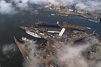 4415/ Blohm und Voss: EUROPA, DEUTSCHLAND, HAMBURG, (EUROPE, GERMANY), 09.11.2005:Blohm + Voss ist eine deutsche Schiffswerft mit Hauptsitz in Hamburg und gehört heute als Tochterunternehmen zu der ThyssenKrupp AG. Man hat sich heute auf Marineschiffe, schnelle Fähr- und Passagierschiffe sowie Mega-Yachten spezialisiert. Durch die Wolken, düstere Stmmung,