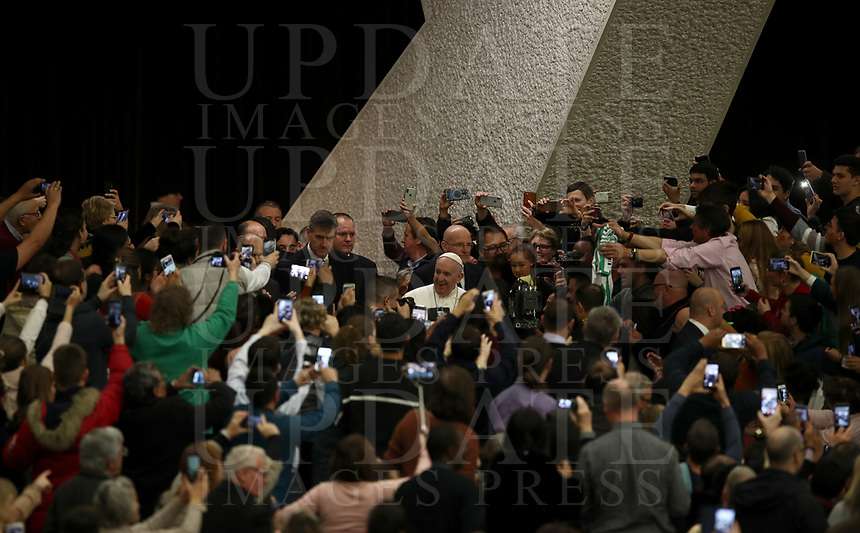 Papa Francesco saluta i fedeli al suo arrivo all'udienza Generale del mercoledi' in aula Paolo VI in Vaticano, 16 gennaio 2019.<br /> Pope Francis waves faithful as he arrives to lead his weekly general audience in Paul VI Hall at the Vatican, on January 16, 2019.<br /> UPDATE IMAGES PRESS/IsabellaBonotto<br /> <br /> STRICTLY ONLY FOR EDITORIAL USE
