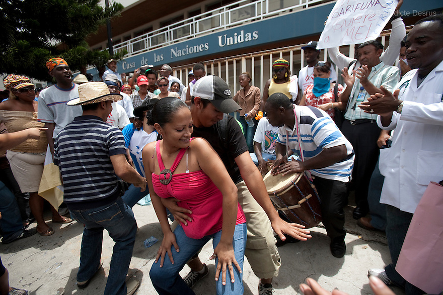 1 july 2009 - Tegucigalpa, Honduras - Supporters of ousted Honduran President Manuel Zelaya play drums and dance during a peacefull march in front of the United Nations in Tegucigalpa, capital of Honduras. Zelaya has been forced into exile after being arrested by a group of soldiers in an apparent military coup. Photo credit: Benedicte Desrus