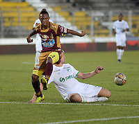 IBAGUÉ -COLOMBIA, 11-12-2013. Andres Ibarguen (Izq) jugador de Deportes Tolima disputa el balón con Cristian J. Nasuti  (Der) jugador del Deportivo Cali por la fecha 4 de la Liga Aguila I 2015 jugado en el estadio Manuel Murillo Toro de la ciudad de Ibagué./ Andres Ibarguen (L) player of  Deportes Tolima vies for the ball with Cristian J. Nasuti  (R) player of Deportivo Cali for the 4th date of the Aguila League I 2015 played at Manuel Murillo Toro stadium in Ibague city. Photo: VizzorImage/STR