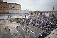 Veduta dall'alto dei pellegrini presenti nella piazza San Pietro durante il secondo giorno di coclave. Papa Francesco viene eletto come successore di San Pietro Marzo 14, 2013. Photo: Adamo Di Loreto/BuenaVista*photo