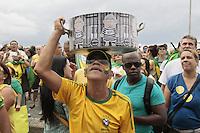 RIO DE JANEIRO,RJ, 13.03.2016 - PROTESTO-DILMA - Manifestantes realizam protesto contra o Governo Dilma na Avenida Atlântica, em Copacabana, na zona sul do Rio de Janeiro, na manhã deste domingo (13), pedindo o impeachment da presidente petista e o fim da corrupção. A previsão de integrantes dos movimentos que organizam os protestos, dentre eles o Movimento Brasil Livre (MBL), é que mais de 500 cidades tenham atos com essas bandeiras. (Foto: Johnson Parraguez/Brazil Photo Press/Folhapress)