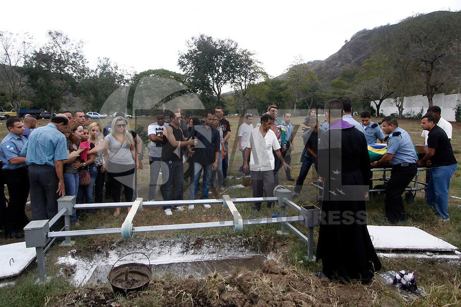 ATENÇÃO EDITOR: FOTO EMBARGADA PARA VEÍCULOS INTERNACIONAIS. - RIO DE JANEIRO,SULACAP, 14 DE SETEMBRO DE 2012- ENTERRO POLICIA  UPP ROCINHA- O corpo do policial  Diego Bruno Barbosa, policia  da  UPP Rocinha foi enterrado na  tarde desta sexta-feira (14) no Cemitério Jardim da  Saudade  Sulacap.<br /> ( GUTO MAIA / BRAZIL PHOTO PRESS )