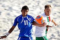 RAVENNA, ITALIA, 11 DE SETEMBRO DE 2011 - COPA DO MUNDO BEACH SOCCER - Valasquez (E) jogador de El Salvador, disputa bola com Marinho jogador da seleção de Portugal em jogo valido pela disputa do terceiro lugar, da Copa do Mundo de Beach Soccer, no Stadium Del Mare em Ravenna na Italia, neste domingo (11). (FOTO: WILLIAM VOLCOV - NEWS FREE).