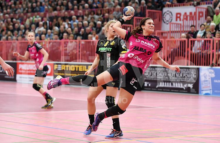 Handball 1. Bundesliga Frauen 2015/2016:   in der Paul Horn Arena Tuebingen TuS Metzingen - Borussia Dortmund     29.12.2015 Julia Behnke (re, TuS) gegen Saskia Weisheitel (Borussia)