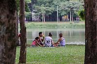 SAO PAULO, SP, 09.12.2013 - CLIMA TEMPO - Paulistano vive tarde quente e ensolarada, no Parque do Ibirapuera, região sul da capital, nesta segunda feira, 09. A máxima para hoje é de 34 graus. (Foto: Alexandre Moreira / Brazil Photo Press)
