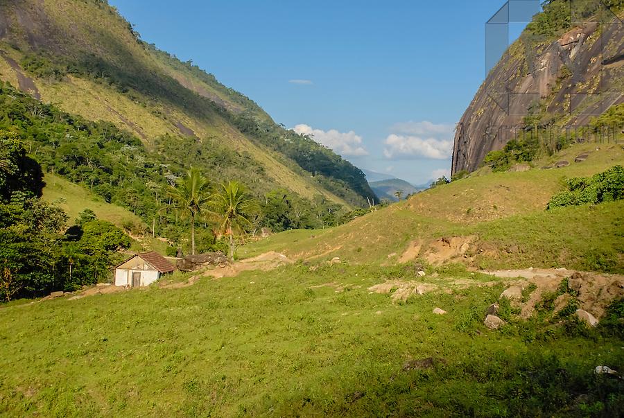 Paisagem de casa e morro do Monforte Frio | Landscape of house and hill of the Cold Monforte<br /> <br /> LOCAL: Concei&ccedil;&atilde;o do Castelo, Esp&iacute;rito Santo, Brasil<br /> DATE: 05/2007<br /> &copy;Pal&ecirc; Zuppani