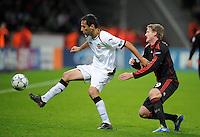 FUSSBALL   CHAMPIONS LEAGUE   SAISON 2011/2012  Bayer 04 Leverkusen - FC Valencia           19.10.2011 JONAS (li, Valencia) gegen Andre SCHUERRLE (re, Leverkusen)