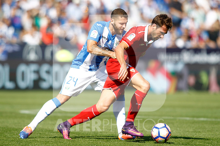 CD Leganes' David Timor (l) and Sevilla FC's Franco Vazquez during La Liga match. October 15,2016. (ALTERPHOTOS/Acero)