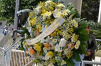 ATENCAO EDITOR IMAGENS EMBAGADAS PARA VEICULOS INTERNACIONAIS - SAO PAULO, SP, 30 SETEMBRO 2012 - VELORIO HEBE CAMARGO - Arranjo de flores dado pela Presidente Dilma Rousseff. Hebe morreu ontem aos 83 anos, de parada cardíaca, na sua casa no bairro do Morumbi, na capital paulista. Diagnosticada com câncer no peritônio em janeiro de 2010, ela lutava contra a doença desde então. (FOTO: LEVI BIANCO / BRAZIL PHOTO PRESS).