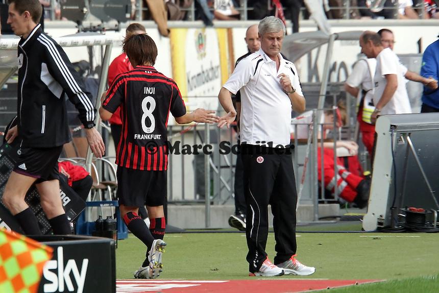Takashi Inui (Eintracht) ist ueber seine Auswechslung enttaeuscht und klatscht nur widerwillig mit Trainer Armin Veh ab