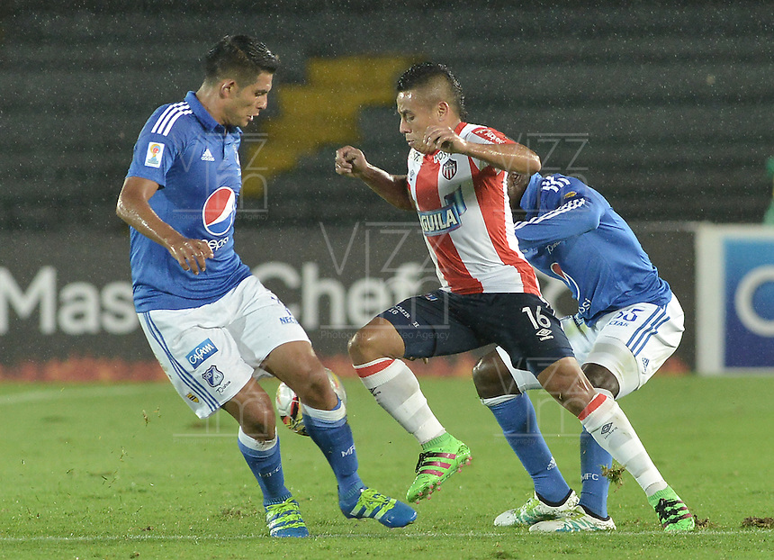BOGOTA - COLOMBIA -27 -04-2016: David Silva (Izq) and Elkin Blanco (Der) jugadores de Millonarios disputa el balón con Vladimir Hernandez (C) jugador de Atlético Junior durante partido por la fecha 15 de la Liga Águila I 2016 jugado en el estadio Nemesio Camacho El Campín de la ciudad de Bogotá./ David Silva (L) and Elkin Blanco (R) players of Millonarios fights for the ball with Vladimir Hernandez (C) player of Atletico Junior during the match for the date 15 of the Aguila League I 2016 played at Nemesio Camacho El Campin stadium in Bogota city. Photo: VizzorImage / Gabriel Aponte / Staff.