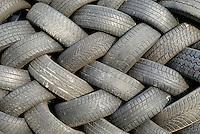 """4415/Altreifen: EUROPA, DEUTSCHLAND, HAMBURG  24.01.2006 Autoreifen, die nicht mehr fuer den Strassenverkehr taugen (z. B. 1,6 mm Profiltiefe unterschritten oder Gummi versproedet), werden ausgetauscht und als Altreifen bezeichnet..Reifen bestehen vorwiegend aus Kautschuk, Kunststoffen, Stahl, Textilien, und Russ..Wenn der Altreifen bis auf einen abgefahrenen Laufstreifen noch voll funktionsfaehig ist, kann er erneuert werden (""""Runderneuerung""""). Dazu wird die Laufflaeche abgeschaelt und dann der Reifen mit einer umhuellenden neuen Laufflaeche neu gebacken (vulkanisiert)..Nicht erneuerbare Altreifen werden vorwiegend in Zementwerken in geschredderter Form (maximal 30 cm grosse Stuecke) als sogenannter Sekundaer-Brennstoff thermisch verwertet. Der Stahl in den Reifen dient mineralisch im Zement als Ersatz für Eisenerz. Mittlerweile existiert auch eine Technik, Reifen im Ganzen in einem vorgeschalteten, gesonderten Aggregat zu verschwelen (Pyrolyse), das Drahtgemisch sowie die Brenngase dem Zementprozess punktuell gezielt zuzugeben und so die Prozessparameter besser steuern zu koennen..Altreifen sind ueberwachungsbeduerftige Abfaelle, d.h. der Transport, die Sortierung, die Lagerung und die Verwertung muessen der zustaendigen Behoerde angezeigt werden und beduerfen i.d.R. einer behoerdliche1n Genehmigung. Erzeuger von ueberwachungsbeduerftigen Abfaellen haben eine besondere Sorgfaltspflicht, den Verbleib ihrer Abfaelle betreffend. Sie duerfen u.a. nur an Verwerter abgegeben werden, die zur Behandlung dieser Abfaelle berechtigt sind und die Uebernahme mit korrekt ausgefuellten Uebernahmescheinen dokumentieren koennen. Diese Uebernahmescheine muessen u.a. die Abfallmenge, die Erzeugernummer des Abfallerzeugers und die Entsorgernummer des Abfalluebernehmers enthalten. Ordentlich, unordentlich, System, systematisch, Muster, gleichmaessig.."""