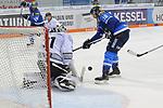 Torwart Niklas Treutle (Nr.31, Thomas Sabo Ice Tigers) und Brett Olson (Nr.16, ERC Ingolstadt) <br /> <br /> ERC Ingolstadt - Thomas Sabo Ice Tigers beim Spiel in der DEL, ERC Ingolstadt (blau) - Nuernberg Ice Tigers (weiss).<br /> <br /> Foto &copy; PIX-Sportfotos *** Foto ist honorarpflichtig! *** Auf Anfrage in hoeherer Qualitaet/Aufloesung. Belegexemplar erbeten. Veroeffentlichung ausschliesslich fuer journalistisch-publizistische Zwecke. For editorial use only.