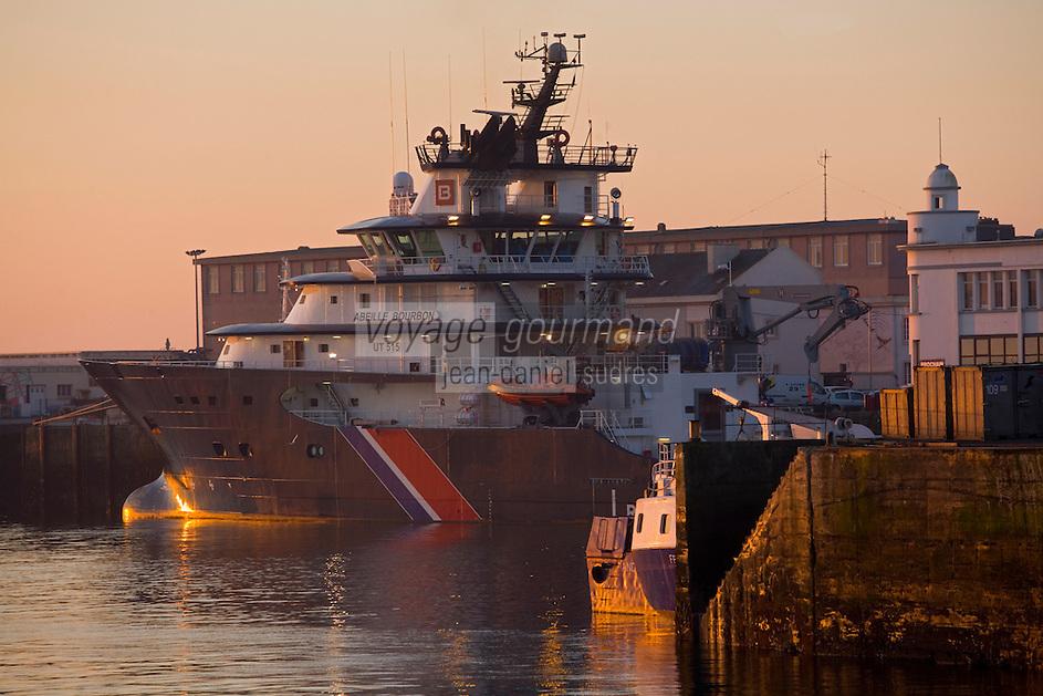 """Europe/France/Bretagne/29/Finistère/Brest:Le Port  à l'aube- et retour du remorqueur  de sauvetage """"Abeille Bourbon"""""""