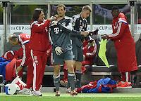 FUSSBALL  DFB POKAL FINALE  SAISON 2013/2014 Borussia Dortmund - FC Bayern Muenchen     17.05.2014 Mannschaftsarzt Hans-Wilhelm Mueller-Wohlfahrt (li, FC Bayern Muenchen) behandelt Torwart Manuel Neuer (Mitte, FC Bayern Muenchen)