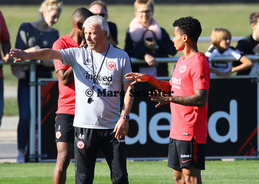 Co-Trainer Christian Peintinger (Eintracht Frankfurt) mit Allen Rodrigues de Souza (Eintracht Frankfurt) - 10.10.2018: Eintracht Frankfurt Training, Commerzbank Arena, DISCLAIMER: DFL regulations prohibit any use of photographs as image sequences and/or quasi-video.