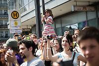 Berlin, Besucher beim Karneval der Kulturen am Sonntag (19.05.13) in Berlin. Foto: Maja Hitij/CommonLens