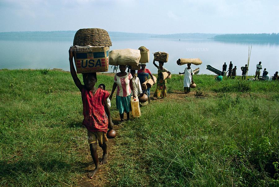 1994. Burundi. Lake Cyohoha. During the Rwandan Genocide, after crossing the lake, Burundian Hutu refugees return to Ceru. Burundi. Lac Cyohoha. Pendant le génocide au Rwanda, après avoir traversé le lac, des réfugiés hutus burundais retournent à Ceru.