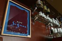 Parigi, Café Signes un locale caffé-ristorante principalmente dedicato ai sordomuti, dove i camerieri e i cuochi comunicano anche con il linguaggio dei segni.<br /> Parigi, Café Signes un locale caffé-ristorante principalmente dedicato ai sordomuti, dove i camerieri e i cuochi comunicano anche con il linguaggio dei segni