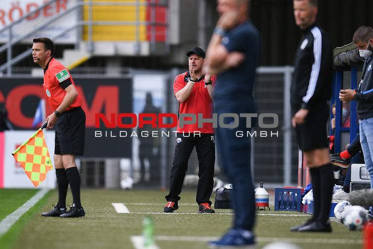 Steffen Baumgart (Trainer SC Paderborn) an der Seitenlinie, <br /><br />Foto: Edith Geuppert/GES /Pool / Rauch / nordphoto <br /><br />DFL regulations prohibit any use of photographs as image sequences and/or quasi-video.<br /><br />Editorial use only!<br /><br />National and international news-agencies out.